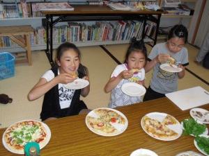 ピザを食す子供たち